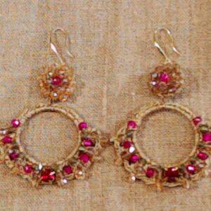 Orecchino oro con pietra rosa artigianali con disco pieno piccolo e disco grande vuoto.