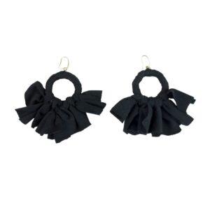 Orecchino orecchino a fiocchi fatto artigianalmente colore nero.