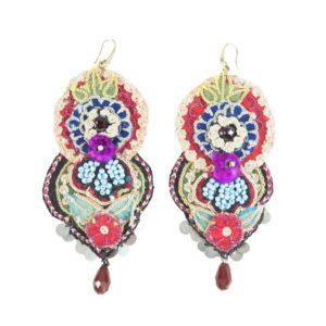 Orecchino artigianale con tessuto ricamato con perline colorate lavanda.