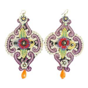 Orecchino artigianale con tessuto ricamato con perlina pendente colorato arancio.