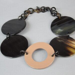 Collana madreperla con anelli grandi tondi colore verde/nero.