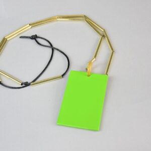 Collana filo nero con tubicini colore oro e piastra in madreperla verde.
