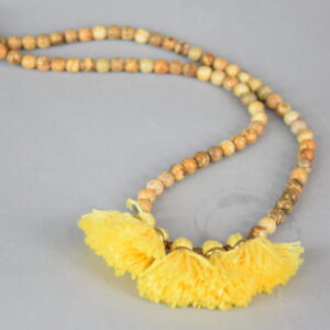 Collana tondini in pietra effetto legno colore legno e nappine giallo