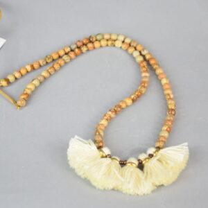 Collana tondini in pietra effetto legno colore legno e nappine panna.