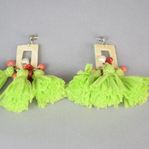 Orecchino tre nappe colore verde con peline colorate.