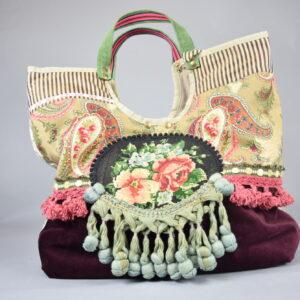 Borsa artigianale manico tricolore,pon pon lunghi e corti colorati.