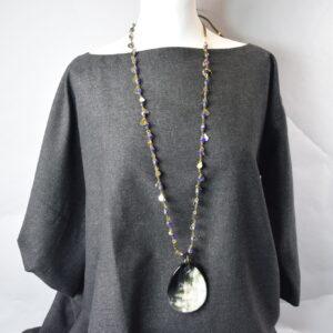 Collana  ceystals colore viola con pendente goccia in osso.