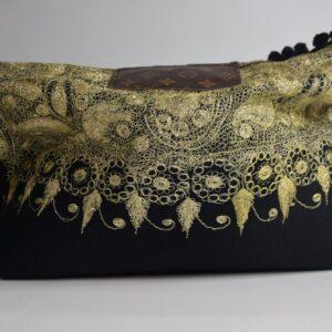 Borsa artigianale di nostra produzione colore nero con nappine nere  collezione primavera estate 2019 con ampia tasca interna