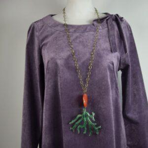 Collana donna catena colore verde con ciondolo rosso e corallo forma di ramo verde prodotto artigianale di nostra produzione collezione primavera estate 2019