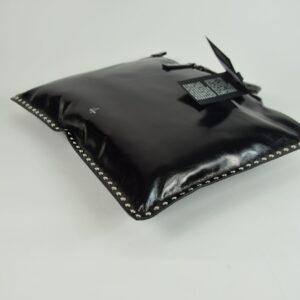 Borsa donna modello aiko l borchie vintage colore nero due manici rigidi neri  e cerniera frontale ditta produttrice hags collezione primavera estate 2019