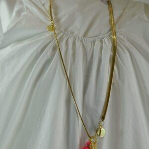 Collana donna nome articolo snake chain colore oro con medagliette oro e corno in osso e una nappina pink collezione primavera estate 2019 nostra produzione